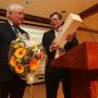 Hans-Heinrich Haase-Fricke überreicht das Rednergeschenk